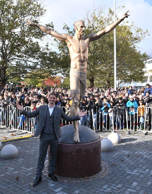 Zlatan Ibrahimovicin patsas sijaitsee Malmön jalkapallostadionin juurella.