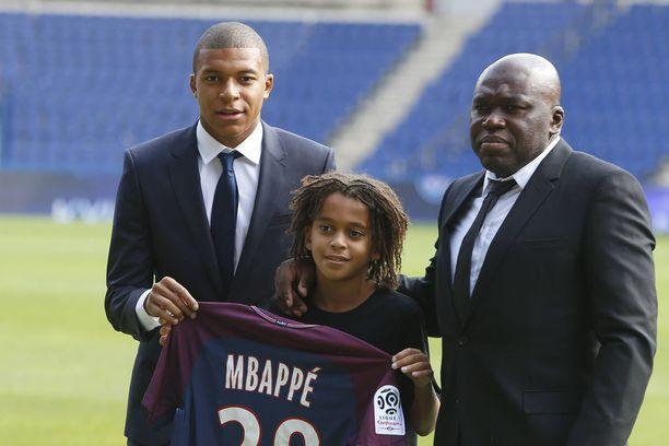 Wilfried-isä (oik.) toi poikansa Ethanin (kesk.) Mbappén PSG-esittelyyn Pariisiin.