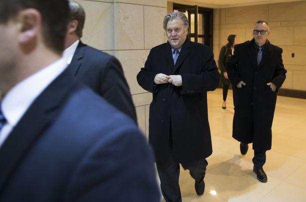 Steve Bannon poistui USA:n parlamenttirakennuksesta Washingtonista oltuaan pitkälti hiljaa tiedustelukomitean kyseltyä häneltä Venäjän kanssa vehkeilystä.