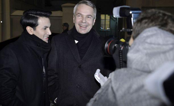Antonio Flores juhlii Linnassa Pekka Haaviston seuralaisena.
