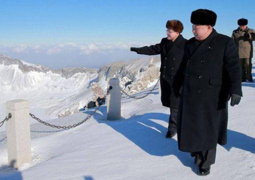 """""""Loistava toveri ja kansan, armeijan ja puolueen kiistaton johtaja"""" kiipesi vuorelle lumen läpi pikkukengissä."""