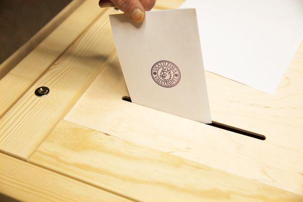 Kuntavaalien piti alunperin olla ensi sunnuntaina, mutta vaalit siirrettiin koronaepidemiatilanteen vuoksi kesäkuulle.