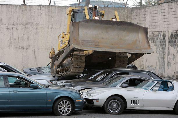 Näin alkoi miljoonan euron arvoisten autojen murskaaminen.