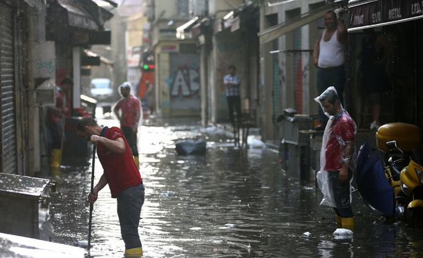 Istanbulia on riepotellut raju ukkosmyrsky.
