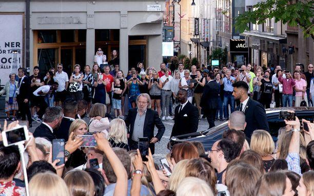 Fanit ja toimittajat piirittivät Benny Anderssonia Tukholmassa.