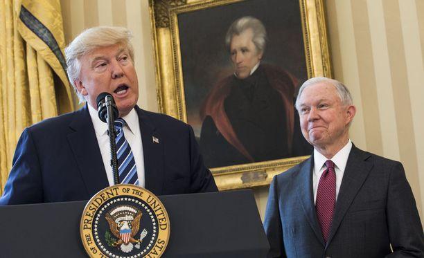Yhdysvaltain edustajainhuoneen tiedustelukomitea tutkii väitteet presidentti Donald Trumpin kampanjan ja Venäjän välisestä vehkeilystä. Trumpin vierellä oikeusministeri Jeff Sessions, joka ei paljastanut senaatille tapaamisiaan Venäjän Yhdysvaltain-suurlähettilään kanssa.