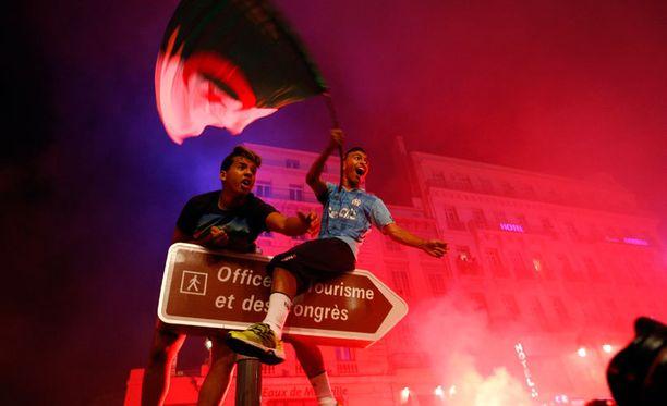 Algerian kannattajat juhlivat joukkueen jatkoonpääsyä Marseillessä.