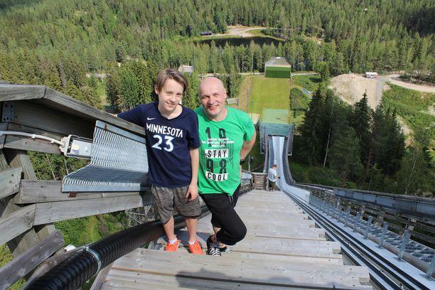 Jyväskyläläinen Juha Teppo oli tullut katsomaan Nykäsen mäkeä poikansa Ville Kivelän kanssa.
