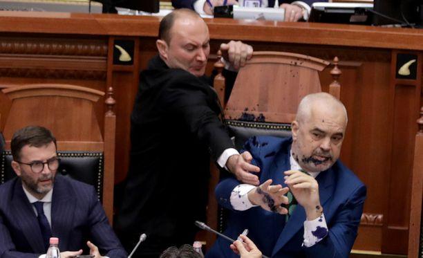 Opposition kansanedustaja töhri pääministerin musteella Albanian parlamentissa.
