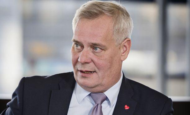 SDP:n puheenjohtaja Antti Rinne ihmettelee sitä, että kesäkuussa Sipilä väläytti tiedonannon antamista sote-uudistuksen viivästymisestä, mutta vaihtoikin sen seuraavana päivänä ilmoitukseen. Irtisanomissuojan heikentämisesityksestä Sipilä on kuitenkin valmis mittauttamaan hallituksen luottamuksen.