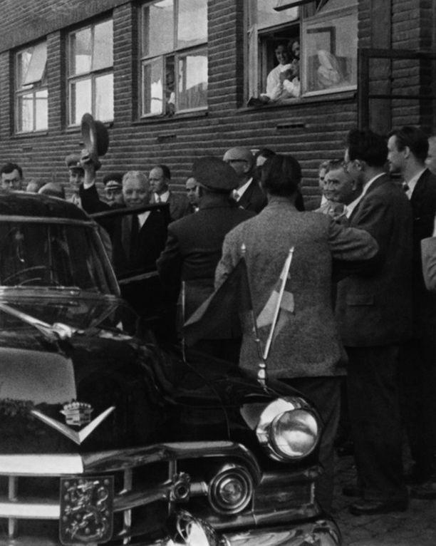 Neuvostoliiton presidentti Kliment Vorosilov ja presidentti Kekkonen vierailulla Elannon korttelissa Sörnäisissä.