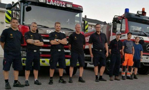 Lapin pelastuslaitokselta Ruotsiin lähti kahdeksan pelastajaa. Juho Seipäjärvi on kuvassa toinen vasemmalta.