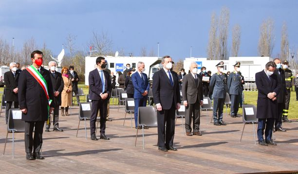 Maaliskuun 18. päivänä 2021 Bergamossa järjestettiin pandemian uhrien muistopäivä. Kuvassa keskellä Italian pääministeri Mario Draghi.