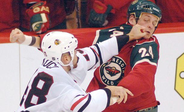 Derek Boogaard (oik.) kärsi CTE-sairaudesta. Hän sai NHL-urallaan useita aivotärähdyksiä tappeluissa.
