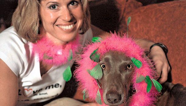 Kyra vie hemmotellun koiransa Chalcyn mukanaan kaikkialle.