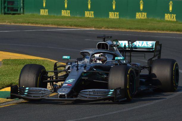 Lewis Hamilton joutui ajamaan lähes koko kisan vaurioituneen pohjalevyn rasittamana.