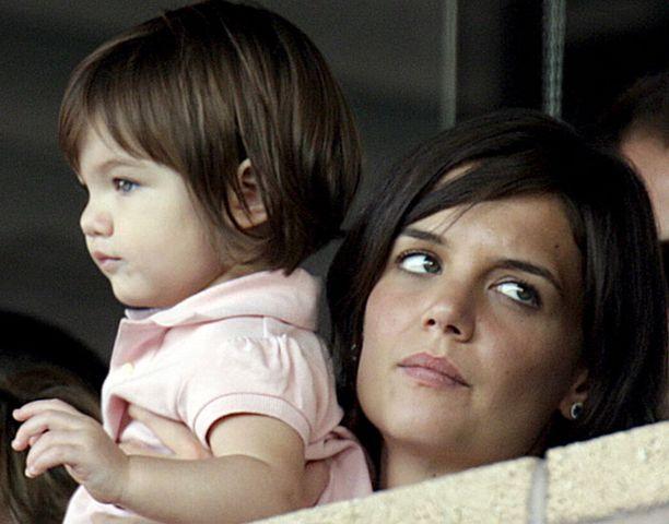 ÄITI JA TYTÄR Kohukirja väittää, ettei Suri olisikaan Cruisen biologinen tytär vaan Katie Holmes olisi hedelmöitetty skientologiajohtaja L. Ron Hubbardin spermalla.