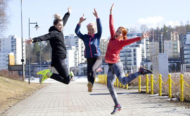 Jaana Rauhansalo (keskellä) juoksee tyttäriensä Even ja Jennyn kanssa lauantaina puolimaratonin. Treenit ovat sujuneet rattoisasti.