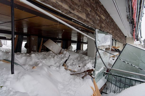 Lumimassat vyöryivät hotelliin sisään Ramsaussa.