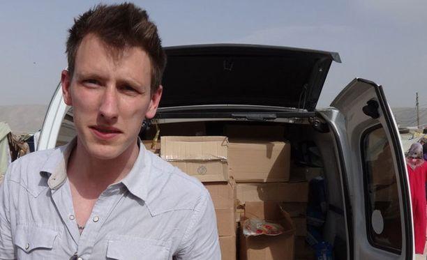 Peter Kassig seisoskeli kuorma-auton edessä, joka toi tarvikkeita Syyrian pakolaisille. Kassig on ollut kapinallisten panttivankina jo vuoden, ja nyt hänet uhataan mestata.