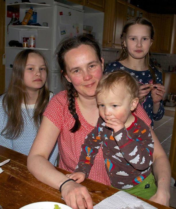 Anu Salon yhdeksän lasta saavat vanhemmiltaan kukin kaksi pakettia.