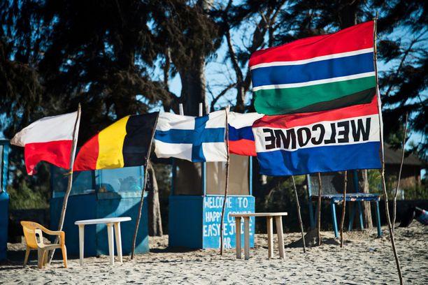 Turismi on Gambialle keskeinen elinkeino. Rantojen tuulissa liehuvat monien maiden liput.