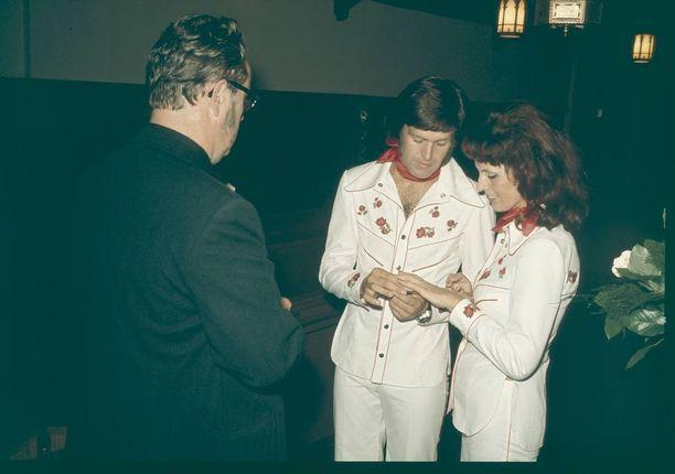 Ekku Peltomäki ja Aira Samulin saivat toisensa vuonna 1973 Niagara Fallsilla. Pari vihittiin avioliittoon Buffalossa.