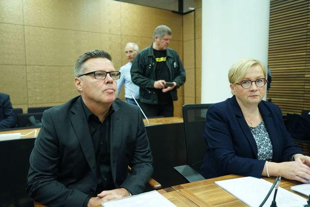 Jari Aarnio ja asianajaja Riitta Leppiniemi.