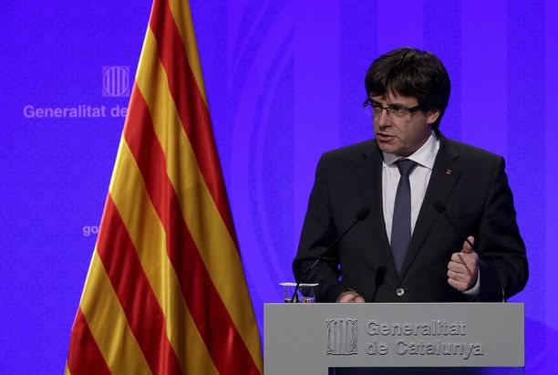 Carles Puigdemont puhui tiedotustilaisuudessa Barcelonassa tiistaina. Hän toivoo kansainvälistä välittäjää vaikeaan tilanteeseen.