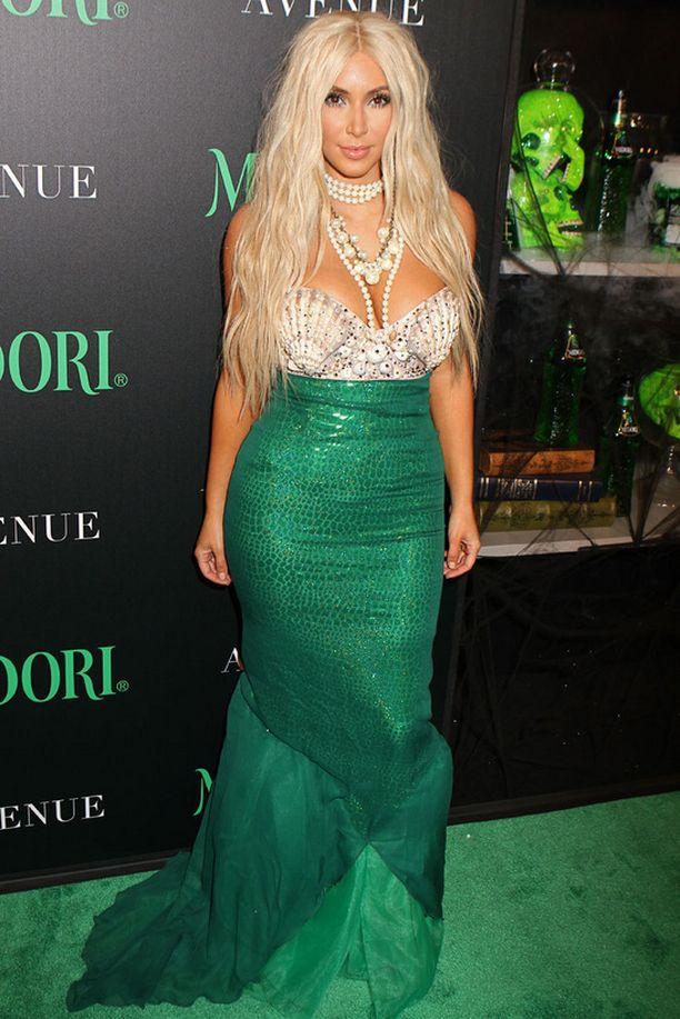 Kim Kardashian tunnetaan seksikkäistä naamiaisasuistaan. Tänä vuonna Kim pukeutui vaaleatukkaiseksi merenneidoksi New Yorkissa järjestetyissä Halloween-kemuissa.