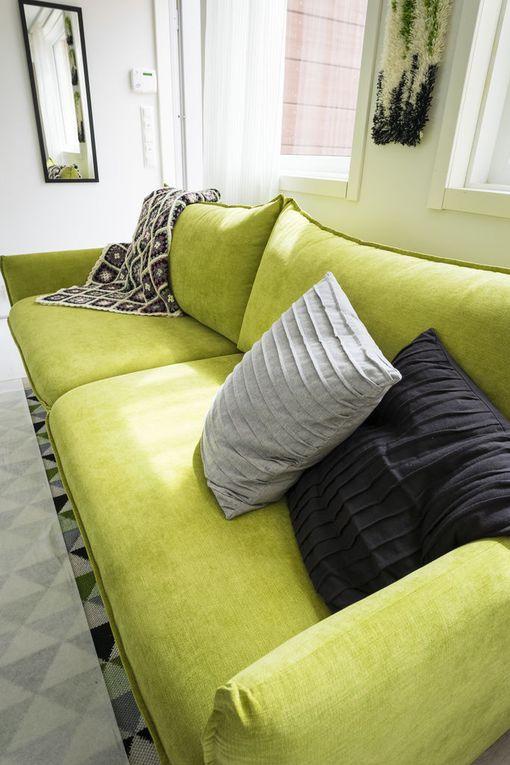 Olohuoneen sohvakalusteet ovat rohkeasti limenvihreää asuntomessukohteessa 28.