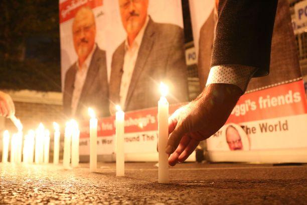 Aktivistit sytyttivät kynttilöitä murhatun Jamal Khashoggin muistoksi Saudi-Arabian Istanbulin-konsulaatin edustalla.