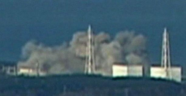 Japanilaisen televisiokanava NTV:n uutisvideon kuvakaappauksessa näkyy vaurioituneesta ydinvoimalasta nousevaa savua.