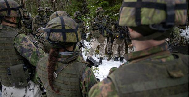 Puolustusvoimat hakee nyt erikoisjoukkoihin vapaaehtoisen asepalveluksen suorittaneita naisia.