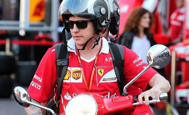 Kimi Räikkönen liikkui skootterilla keskiviikkona Monacon varikkoalueella.