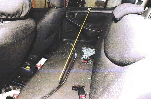 Keltainen tikku osoittaa, mistä suunnasta epäilty ampui uhria Toyotan takapenkille. Ampuja rikkoi itse auton ikkunan.