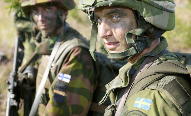 Suomalaisruotsalaisen amfibiojoukon sotilaita harjoitustauolla. Ruotsin ja Suomen sotilasyhteistyö saattaa olla pettävä unelma. Asiantuntija varoittaa, että Ruotsin puolustuksen alasajon ja henkisen kantin pettämisen vuoksi Suomen toiveet operatiivisesta avusta Ruotsista ja Ahvenanmaan yhteinen puolustaminen ovat heikkenemässä.