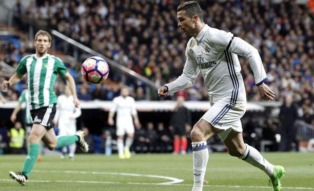 Cristiano Ronaldo nosti Real Madridin tasoihin ensimmäisen puoliajan viime minuuteilla.