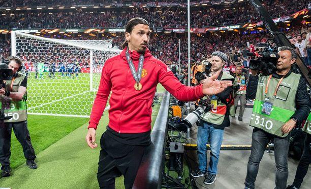 Zlatan Ibrahimovic juhli Eurooppa-liigan voittoa toukokuussa Friends Arenalla. Hänen näköispatsaansa valmistuu kyseisen stadionin viereen.