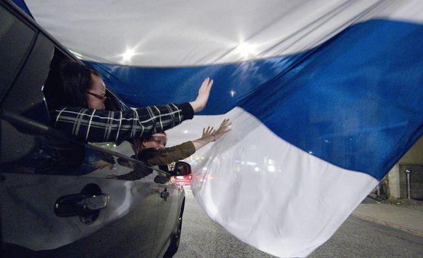 Maailmanmestaruutta juhlittiin yöllä eri puolilla maata. Tämä tuuletus on Turusta. Juhlinta jatkuu illalla Helsingin Kauppatorilla.