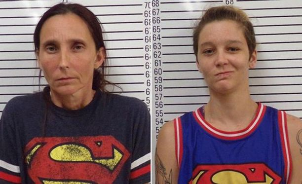 Poliisin pidätyskuvat äidistä ja tyttärestä.