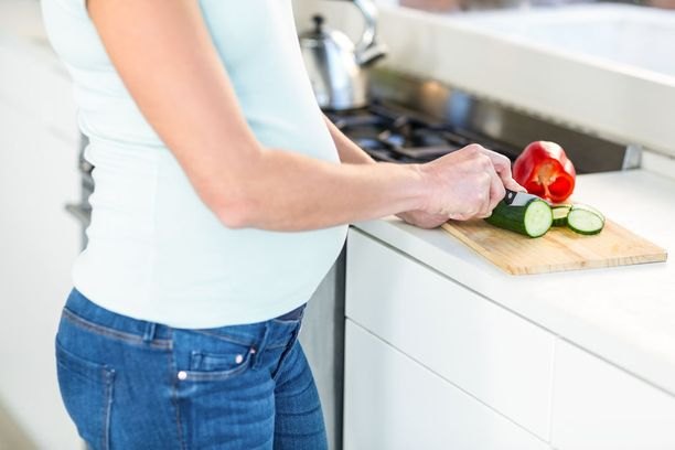 Säännöllinen ateriarytmi, sokeroitujen ja happamien tuotteiden välttäminen, ksylitolin käyttö sekä hampaiden harjaus ja hammasvälien puhdistus on syytä muistaa raskausaikana.