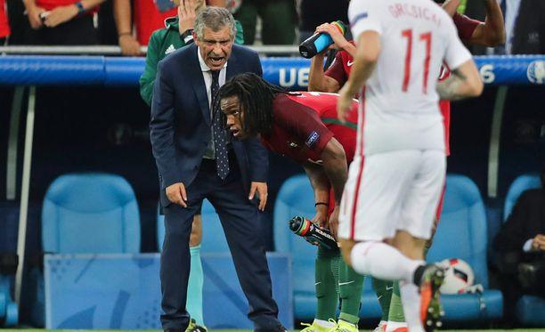 Fernando Santos karjui Renato Sanchesille ohjeita Puolaa vastaan pelatussa puolivälierässä.