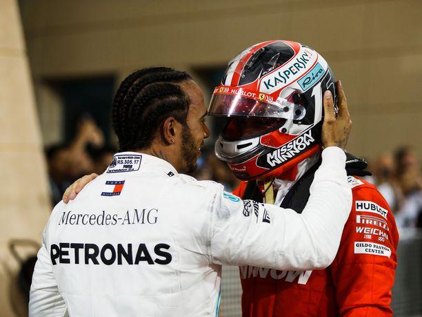 Lewis Hamilton lohdutti varmalta näyttäneen voiton menettänyttä Charles Leclerciä. Nuori monacolainen oli kilpailun päätyttyä aluksi pettynyt, mutta haastatteluissa hän loi jo katsettaan tulevaan.
