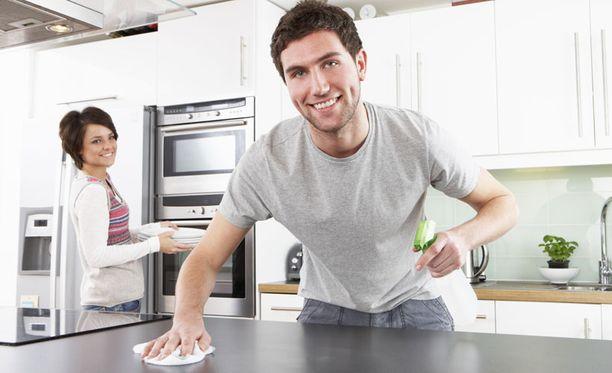 Äitien kiireet ovat helpottaneet, kun isätkin ovat tarttuneet kotitöihin.