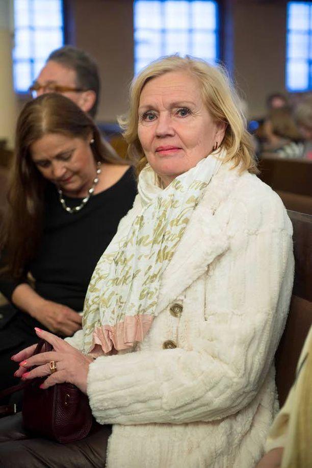 Kirkossa oli mukana myös Kari Tapion leski Pia Viheriävaara. Hänen mukaansa arkirutiinit vievät eteenpäin. Yksi rakkaimmista arjen helmistä on perheen Pyry-koira. – Se seuraa minua joka paikkaan, oli mukana myös Espanjan-lomalla, Pia kertoi.