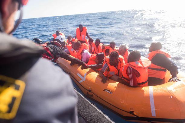 Italiaan pyrkiviä siirtolaisia nostetaan Libyan edustalta SOS Méditerranée -avustusjärjestön pelastusalukseen tammikuussa 2018.