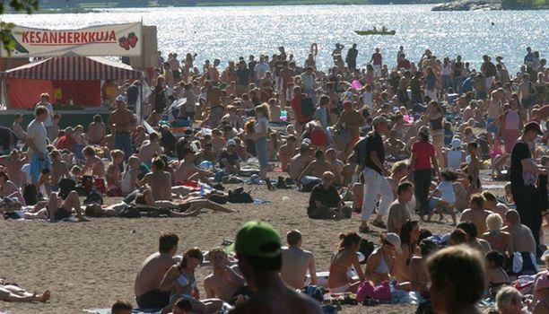 """Hietarannan uimaranta, """"Hietsu"""", on Helsingin vilkkain ranta. Hellepäivinä hiekalla voi olla tungosta."""