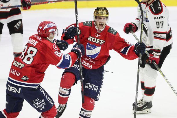 Kultakypärä Erik Thorell tuulettaa Ässät lannistanutta illan toista osumaansa ja saa onnittelut Joonas Raskilta.