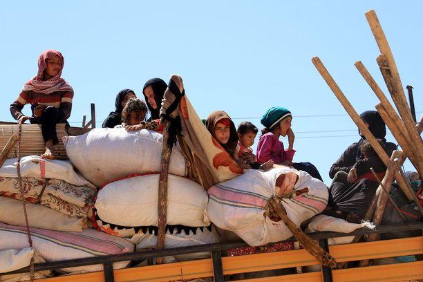 Syyrialaisia pakolaisia lähti kesäkuussa Isisin hallussa olevasta Raqqasta.